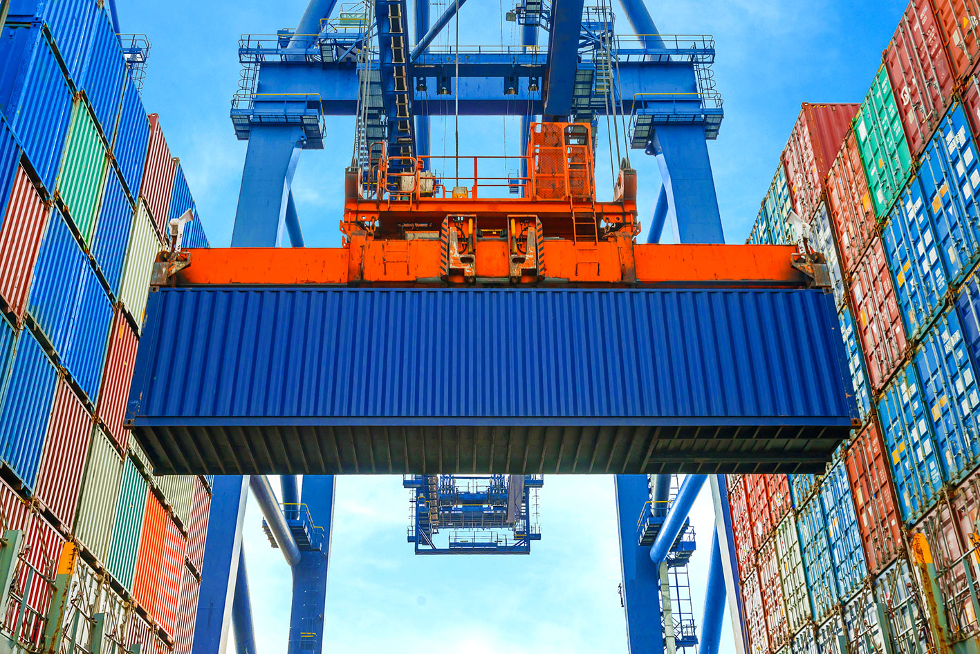 Crane-loading-containers-in-freight-ship