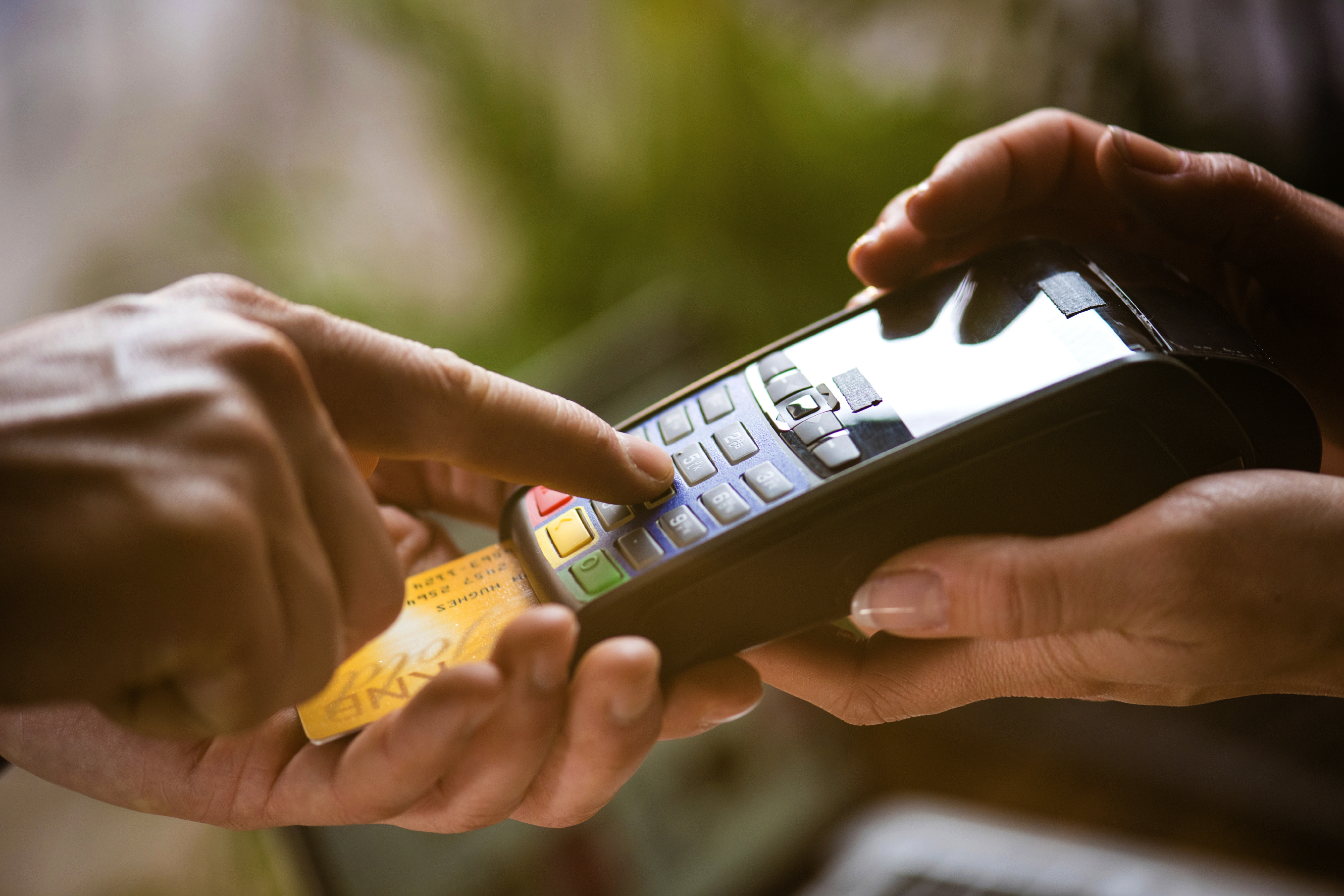 Paying_with_Credit_Card_Chip_Reader