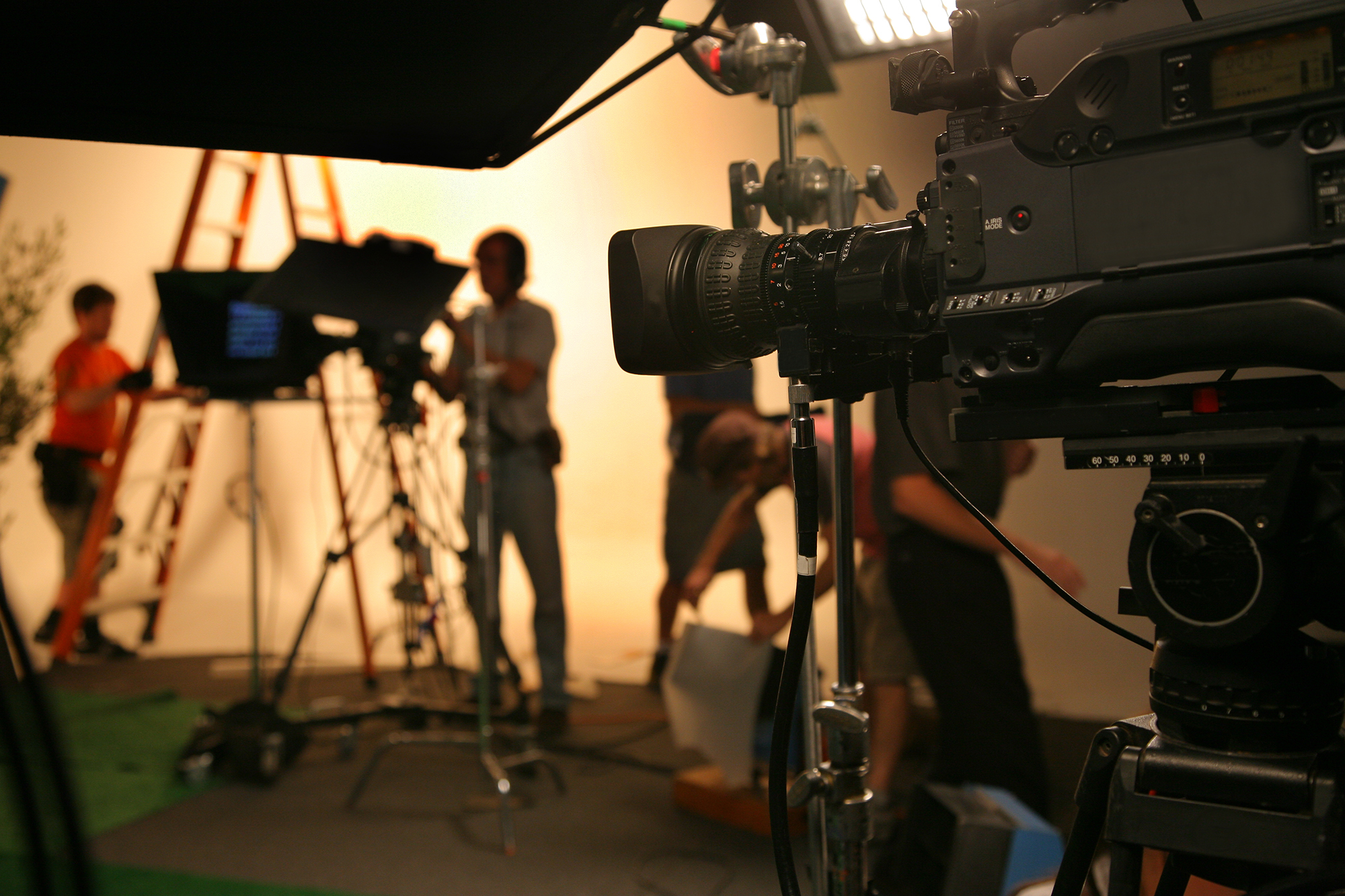 Photo-TV-Studio-crew-with-camera