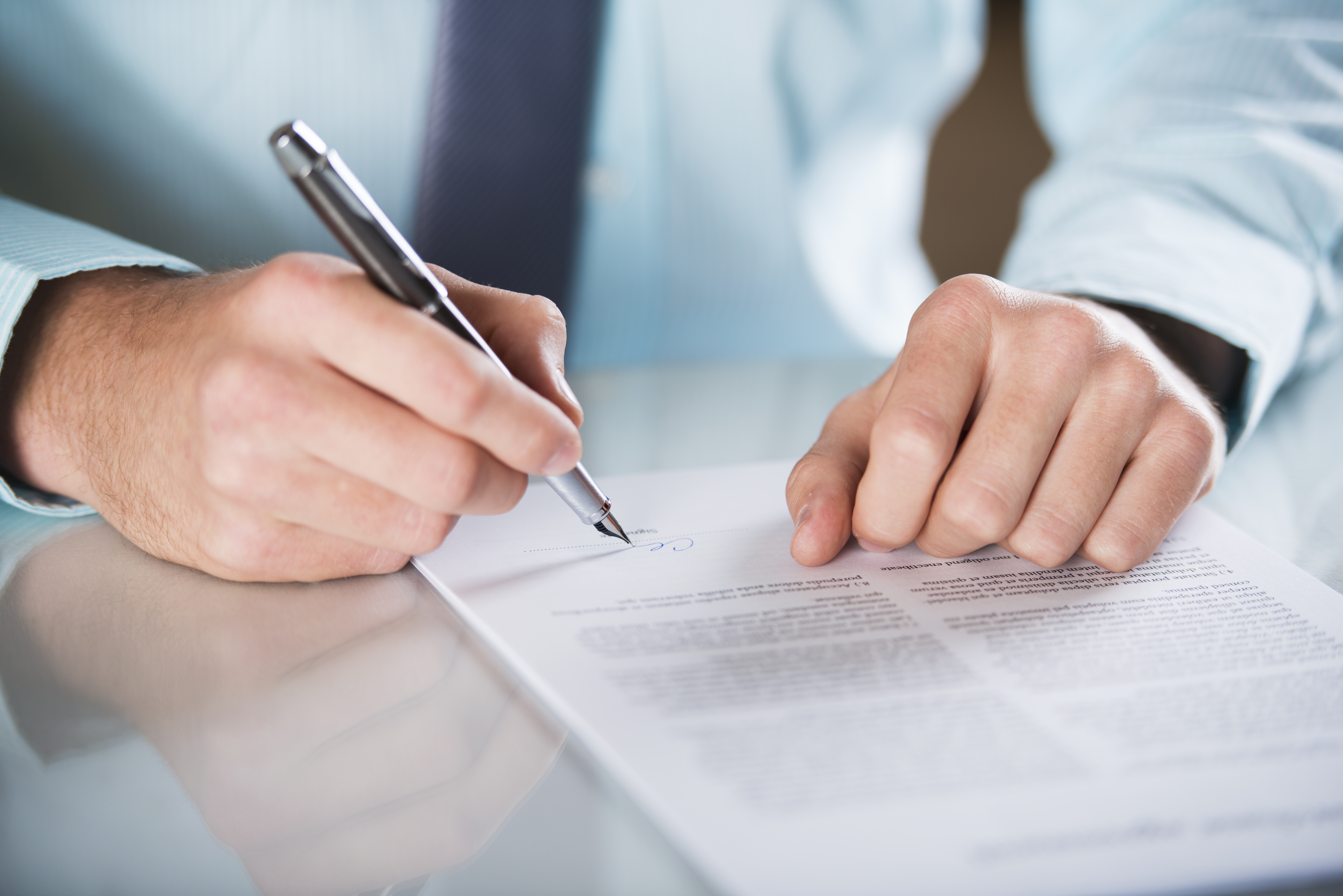 Businessman-is-signing-a-contract